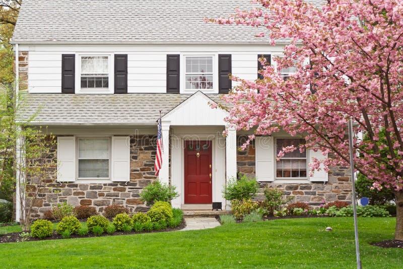 Maison de famille avec la pelouse avant au printemps photos stock