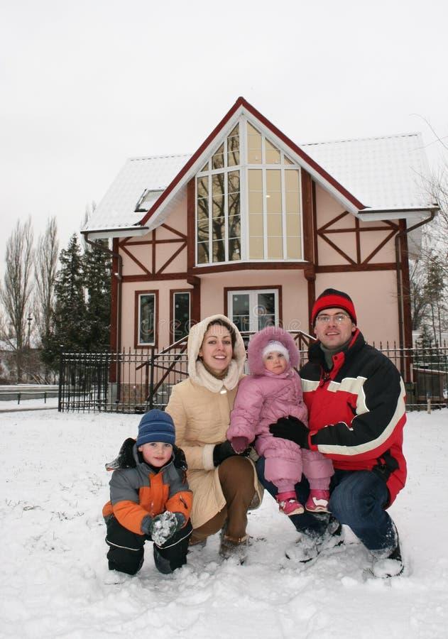 Maison de famille de l'hiver photo stock