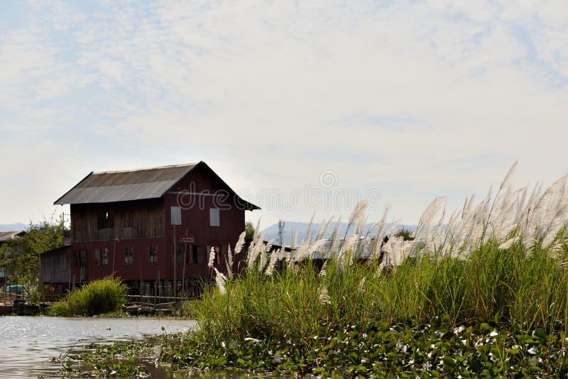 Maison de flottement d'herbe argentée de lac myanmar Inle photographie stock libre de droits