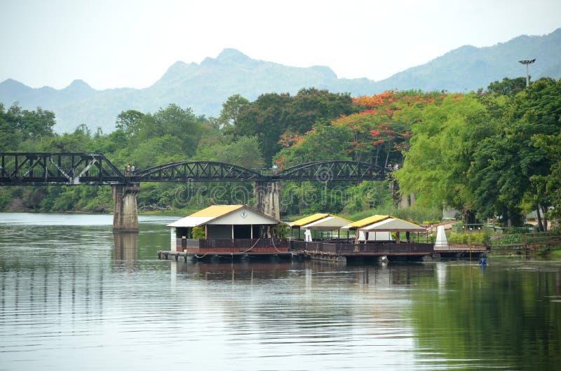 Maison de flottement en rivière dans la province de Kranchanaburi, Thaïlande image stock