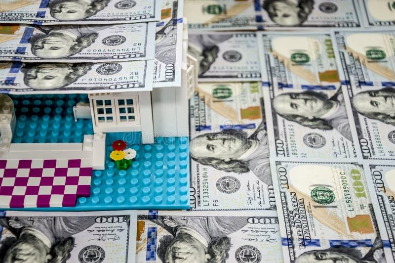 Maison de jouet avec un toit des dollars images stock