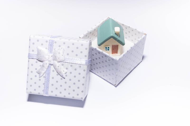 Maison de jouet dans un boîte-cadeau images libres de droits