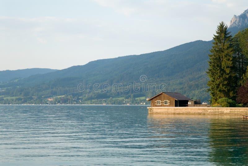 Maison de lac image libre de droits