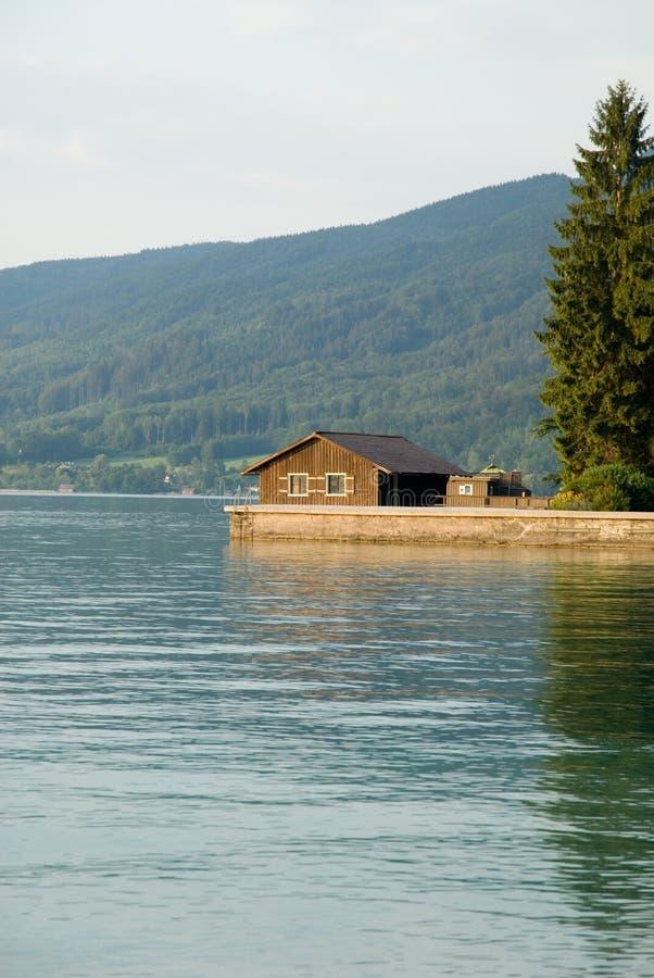Maison de lac photographie stock