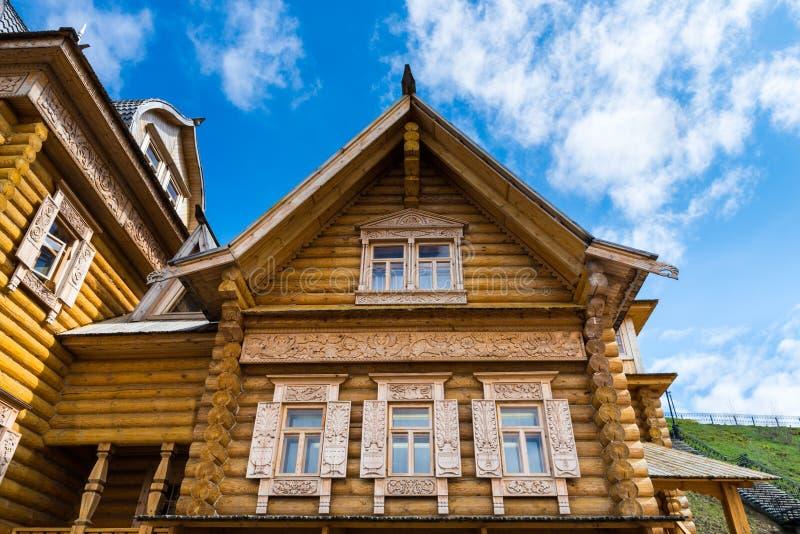 Maison de logarithme naturel en bois photographie stock libre de droits