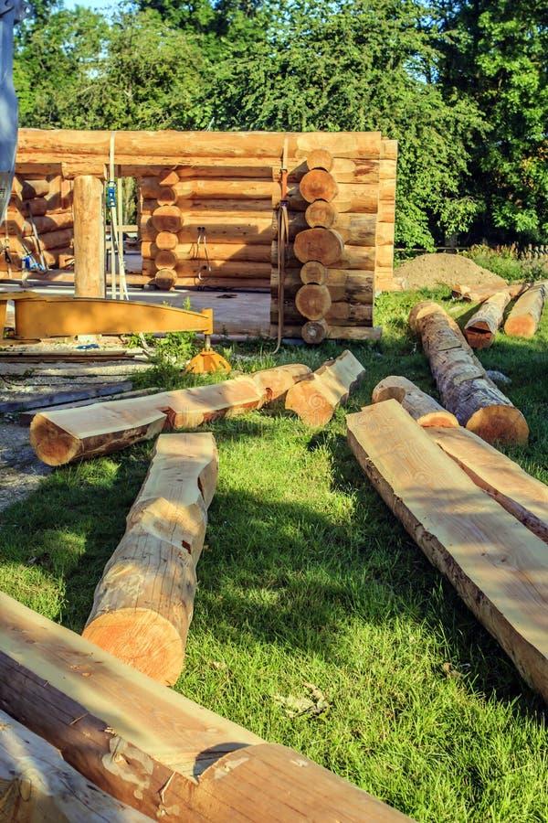 Maison de logarithme naturel en construction photographie stock