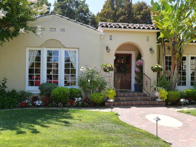 Maison de luxe avec de grandes fenêtres blanches photos stock