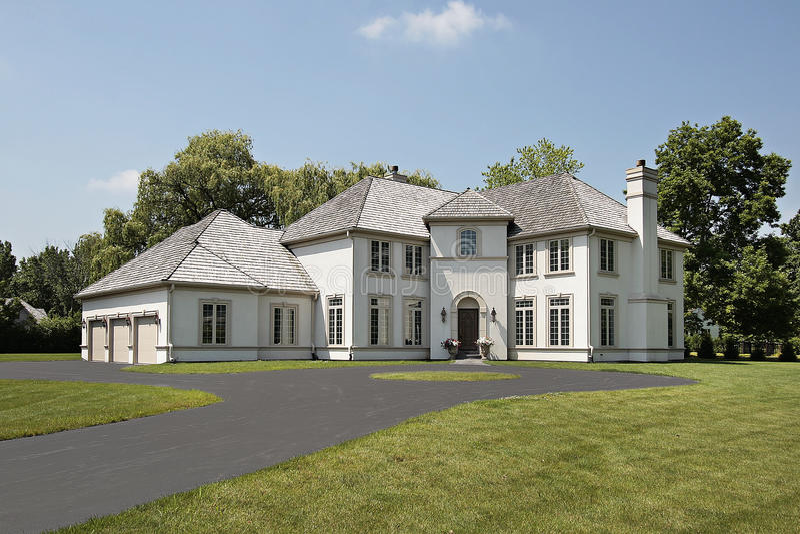 Maison de luxe avec le garage de trois v hicules photo stock image du grand home 12016196 for Les maison de luxe