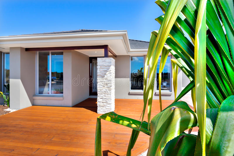 Maison de luxe avec une fin d'un arbre dans le backgroun de ciel bleu photos libres de droits