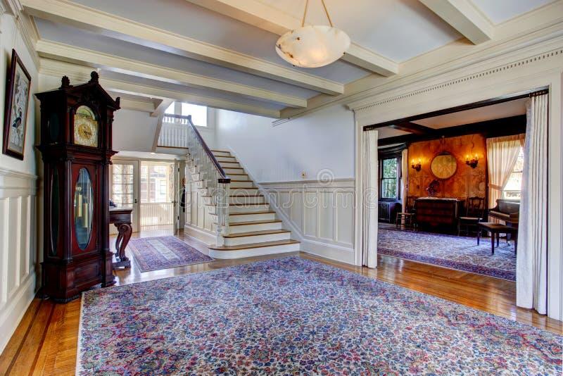 maison de luxe couloir avec la couverture et l 39 escalier photo stock image du grand horloge. Black Bedroom Furniture Sets. Home Design Ideas