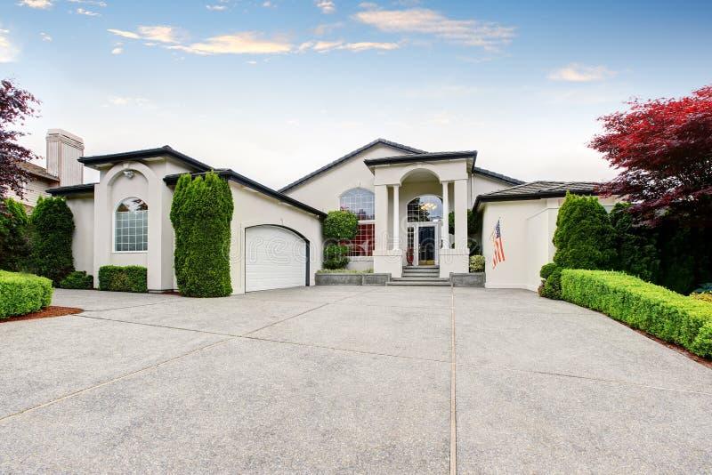 Download Maison De Luxe Extérieure Avec Le Porche Concret De Plancher Avec Des Colonnes Image stock - Image du neuf, résidentiel: 76081529