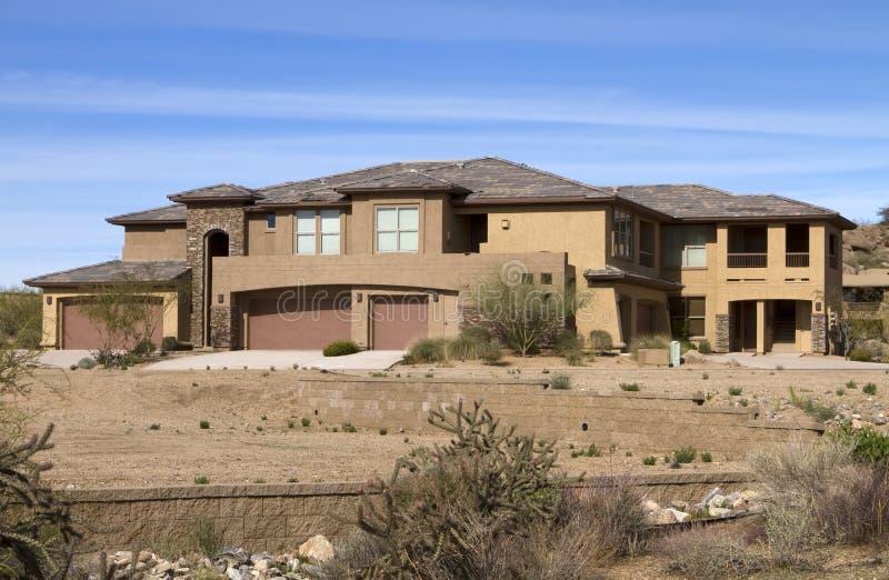 Maison de luxe moderne neuve de terrain de golf de désert images stock
