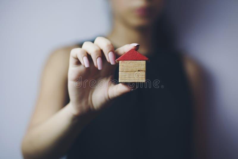 Maison de main de femme photos stock