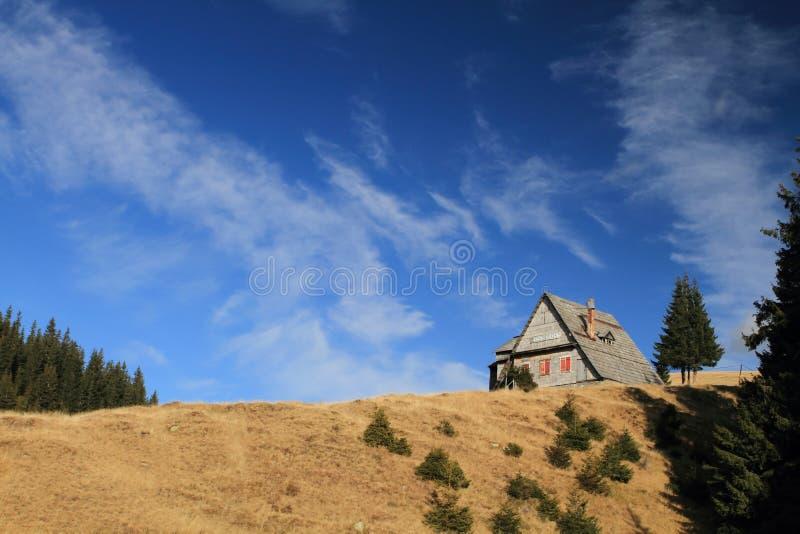 Maison de montagne, Roumanie photographie stock libre de droits