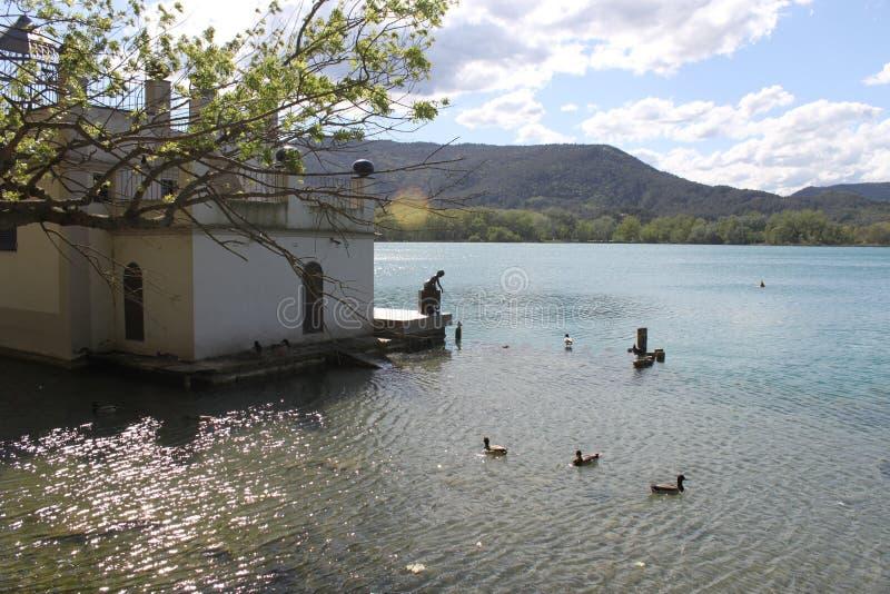Maison de pêche de lac avec la statue image stock