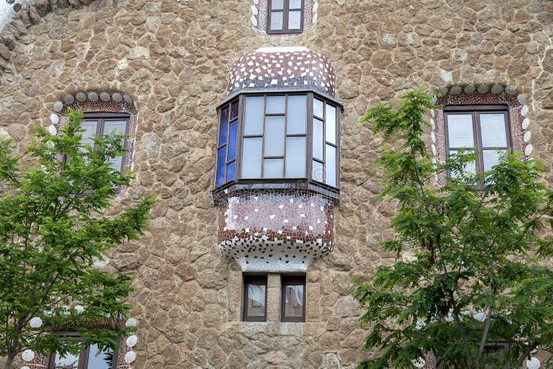 Maison de pain d'épice par Gaudi en parc Guell, Barcelone, Espagne photo stock