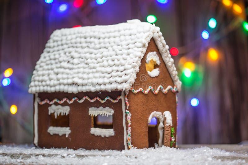 Maison de pain de gingembre de Noël avec le fond d'ampoules pour le graphique et la conception web, concept simple moderne d'Inte photos libres de droits