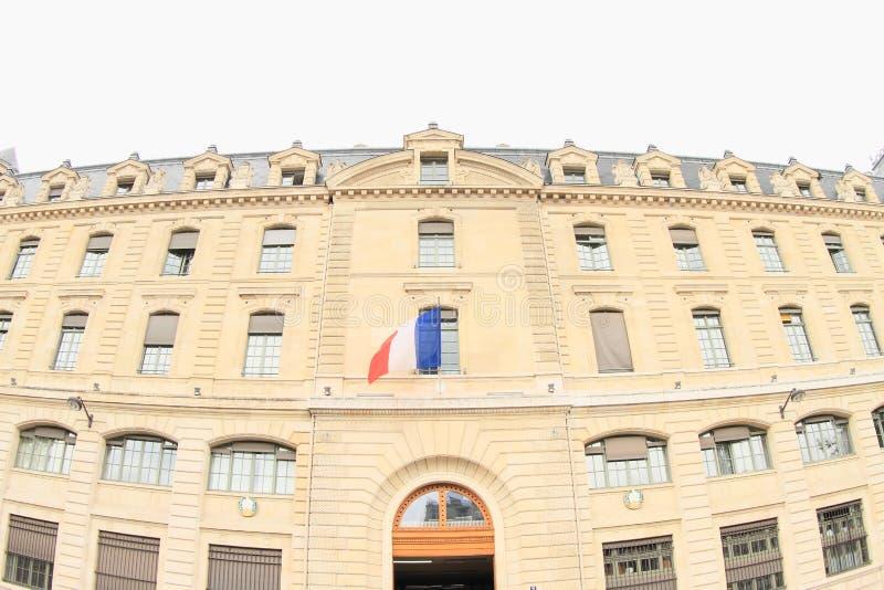 Maison de Paris avec le drapeau français photo stock