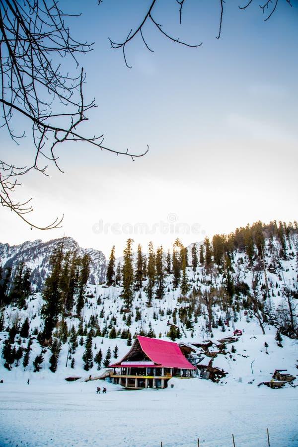 Maison de paysage de neige photographie stock