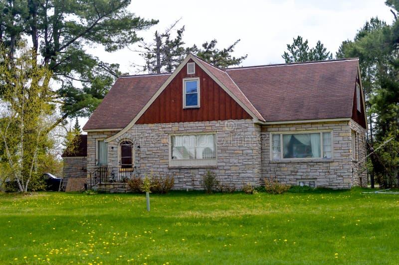 Maison de pierre dans les bois du Wisconsin photo libre de droits