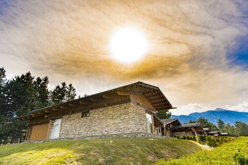 Maison de pierre et de brique dans le sprint contre le coucher du soleil photo libre de droits