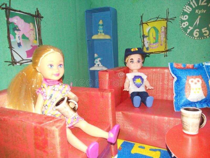 Maison de poupée par les mains photos stock