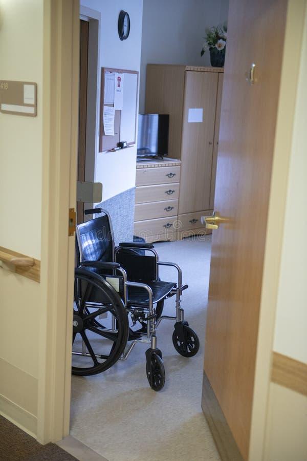 Maison de repos, vie aidée, fauteuil roulant, soins de santé, pièce photo libre de droits