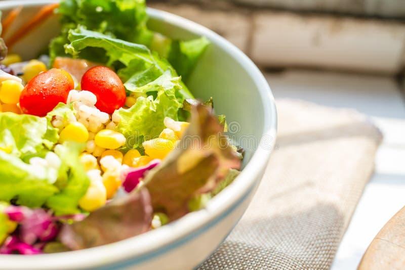 Maison de salade de menu faite dans la cuvette sur le calicot brun photographie stock libre de droits