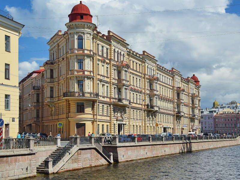 Maison de St Petersburg sur le canal Griboyedov image stock
