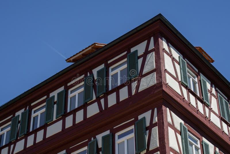 Maison de structure de bois avec le ciel bleu en Schwaebisch Hall, Allemagne photographie stock libre de droits