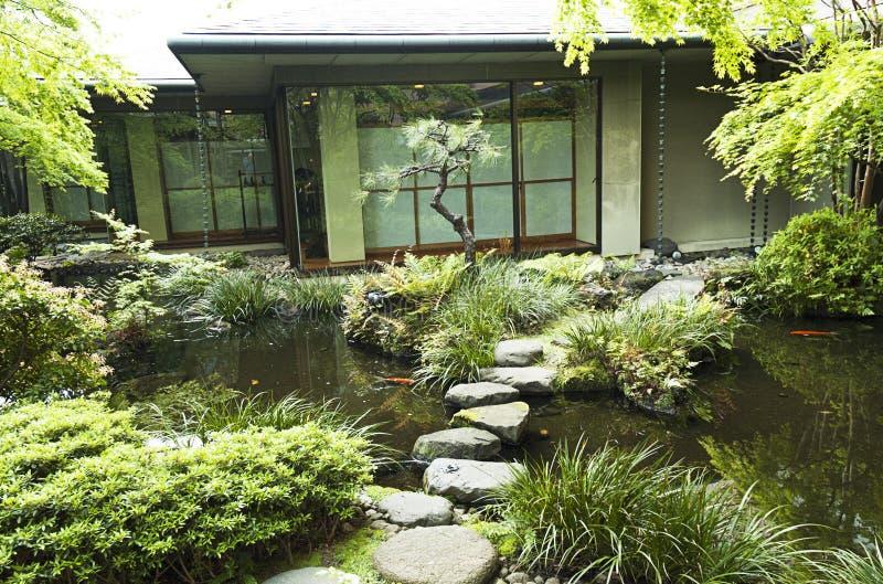 Maison de thé de Tokyo de Japonais avec l'étang de koi photographie stock libre de droits