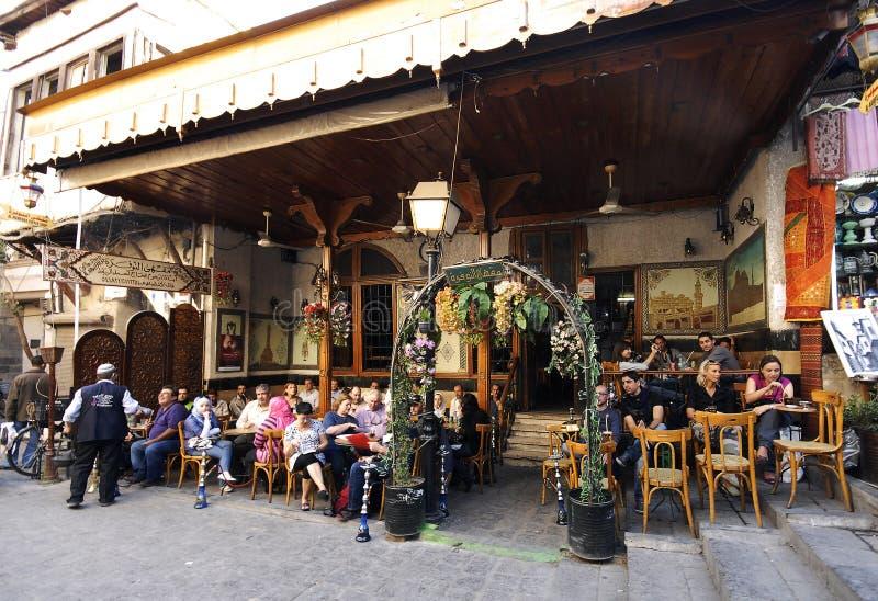 Maison de thé et boutique de tabac à Alep images libres de droits
