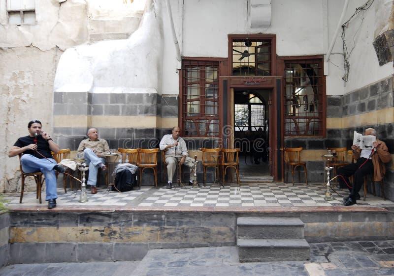 Maison de thé et boutique de tabac à Damas photo libre de droits