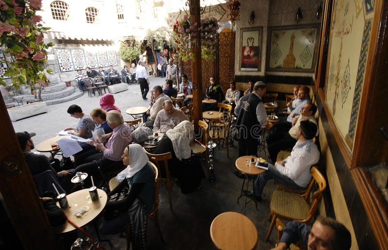 Maison de thé et boutique de tabac à Damas images stock