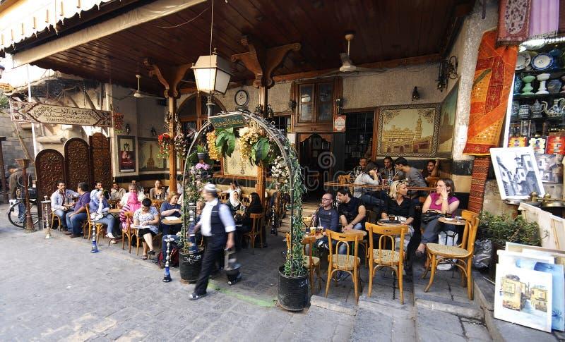 Maison de thé et boutique de tabac à Damas image stock