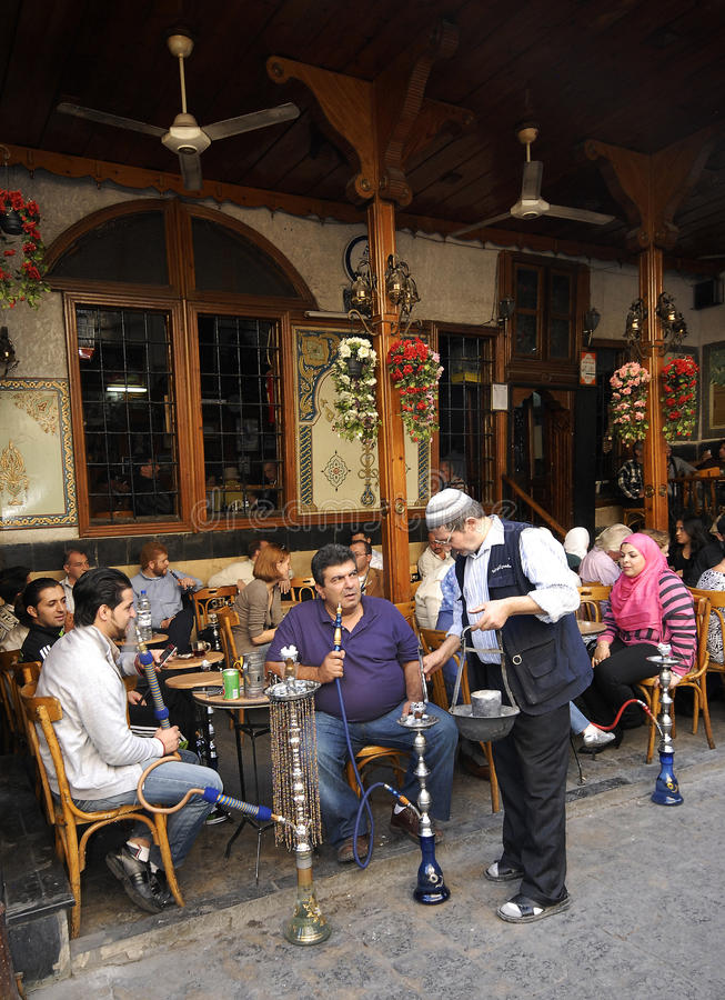 Maison de thé et boutique de tabac à Damas photographie stock