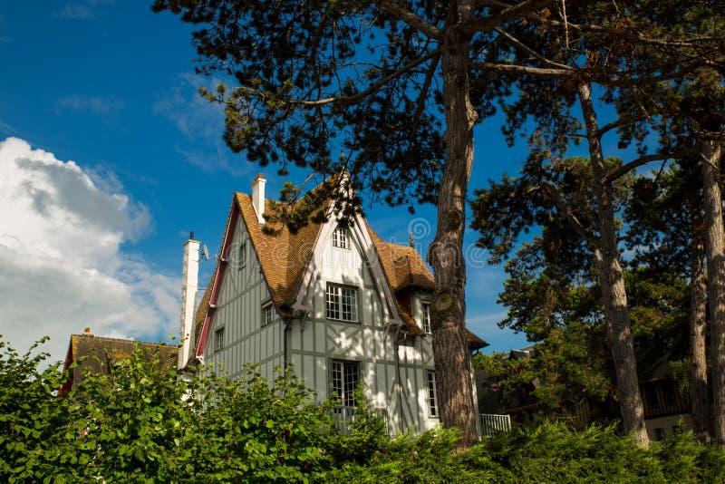 Maison de Tipical de bordure de Normandie par l'arbre et le ciel bleu photo libre de droits