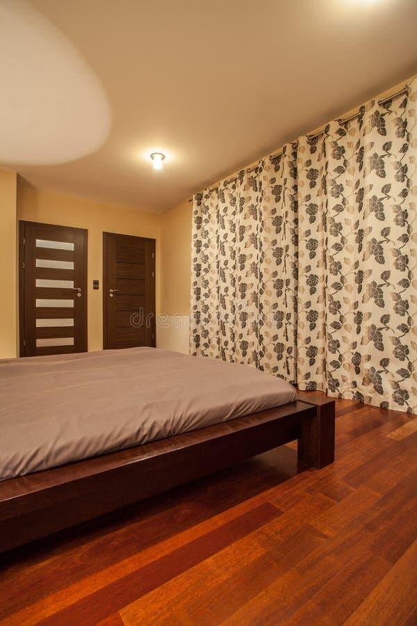 Maison de travertin - chambre à coucher élégante photographie stock libre de droits