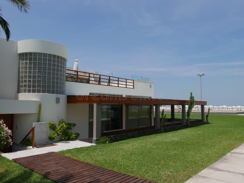 Maison de vacances moderne en Costa del Sol, au sud de Lima images stock