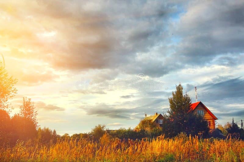 Download Maison De Village Sur Le Champ Et Le Ciel Nuageux Photo stock - Image du rouge, cottage: 77156268