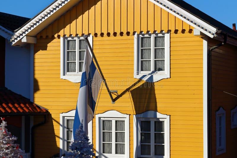 Maison de ville finlandaise avec le drapeau images stock