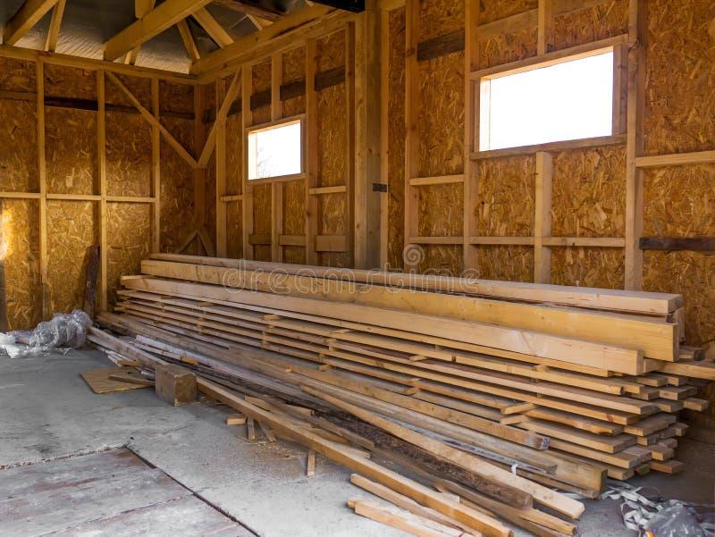 Maison de vue faite de bois de construction Bois de charpente dans la pile photographie stock libre de droits