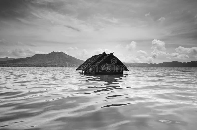 Maison descendue dans le batur de lac, Bali image libre de droits