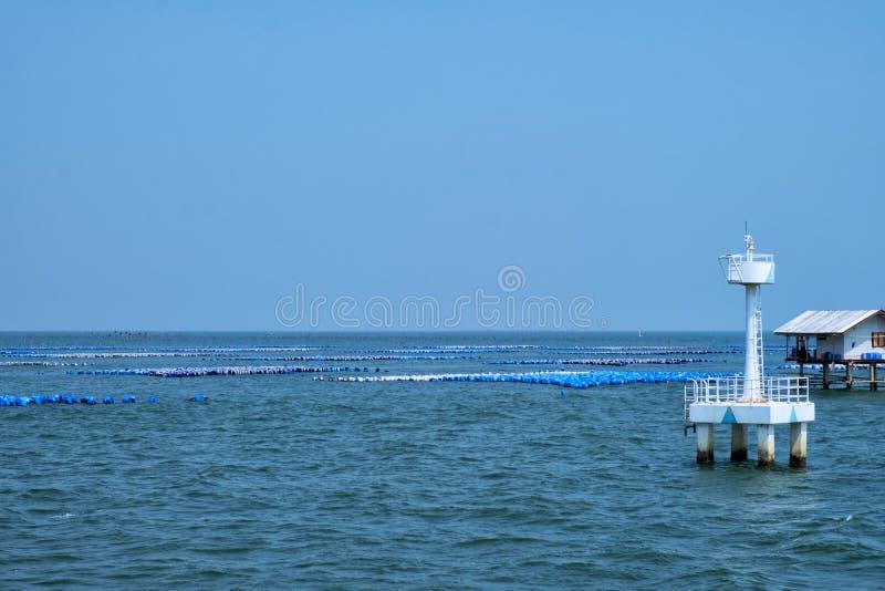 Maison du ` s de pêcheur au milieu de mer en Thaïlande, escargot Oy de poissons images stock