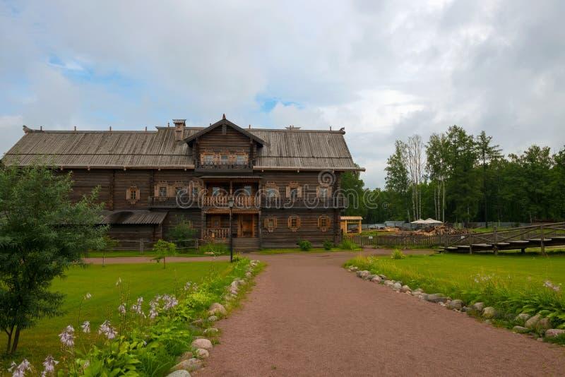 Maison en bois à deux étages photographie stock libre de droits