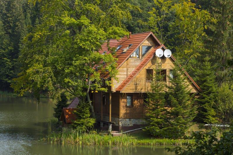 Download Maison En Bois Au-dessus Du Lac Photo stock - Image du ressort, maison: 77155180