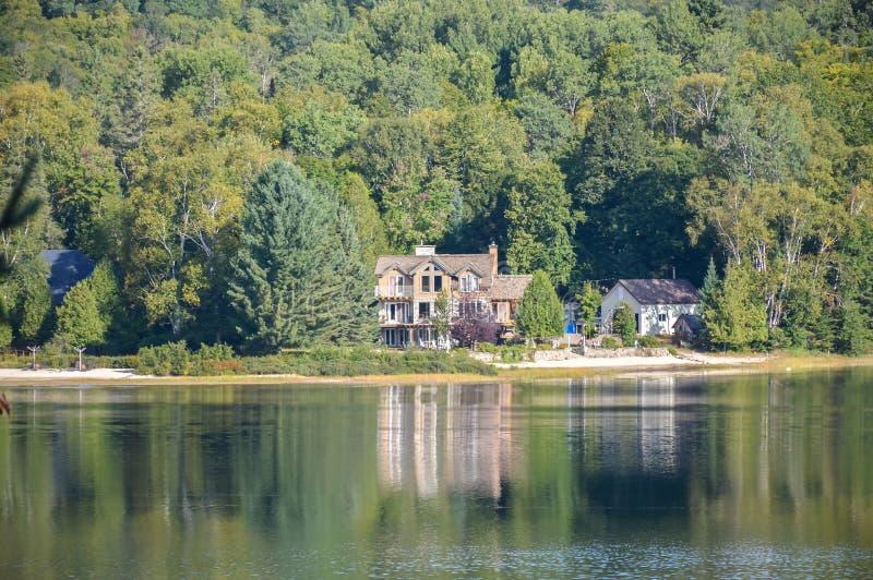 Maison en bois au lac image libre de droits