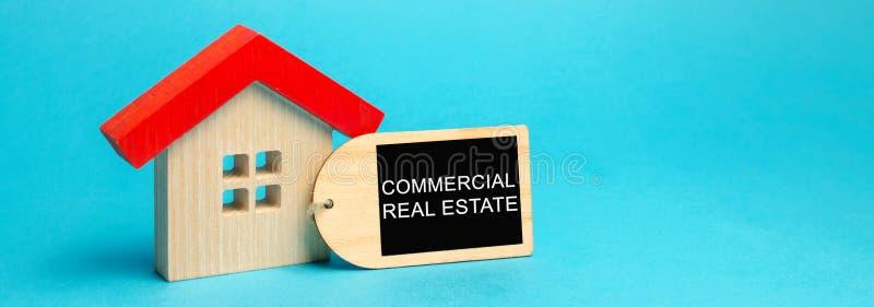 Maison en bois avec l'inscription Real Estate commercial Les bâtiments ont prévu pour produire d'un bénéfice, d'une plus-value ou image libre de droits