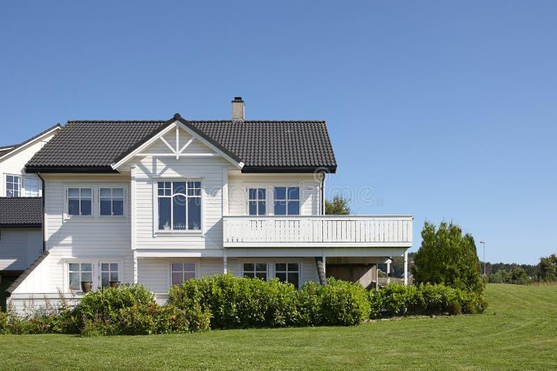 Maison en bois blanche moderne en norv ge image stock for Maison moderne blanche