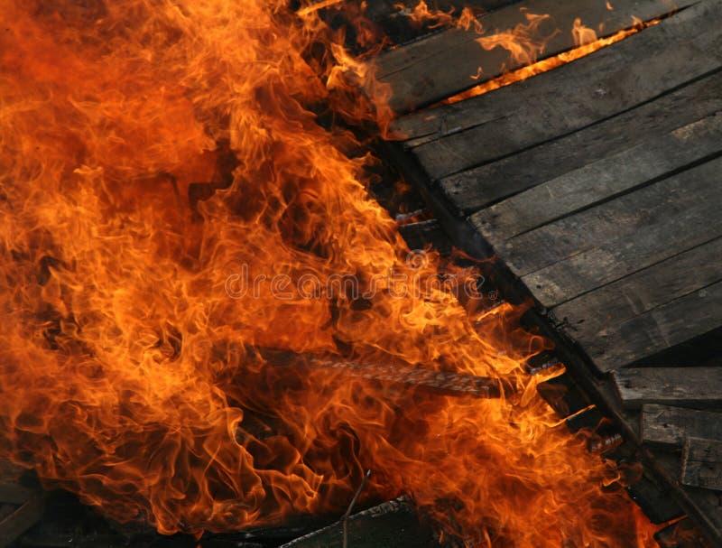 Maison en bois brûlante. Plan rapproché images stock